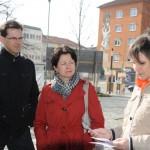 Oliver Schill und Barbara Lochbihler verfolgen aufmerksam den geschichtlichen Abriß zum Neuen Markt von Ulrike Seifert.